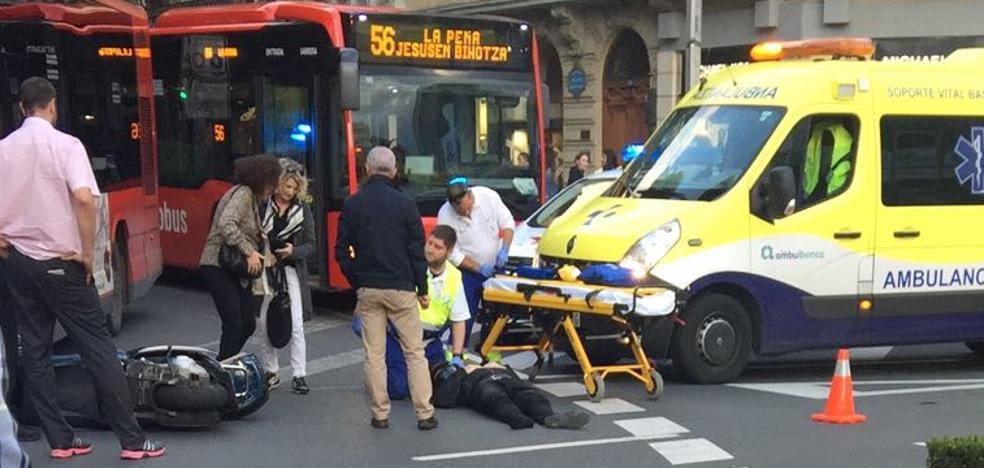Herido un motorista tras colisionar con un 'bilbobus' en la plaza Moyua