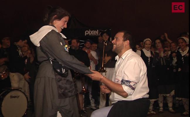 El fin de fiestas más romántico: pide la mano de su novia en la subida de Celedón