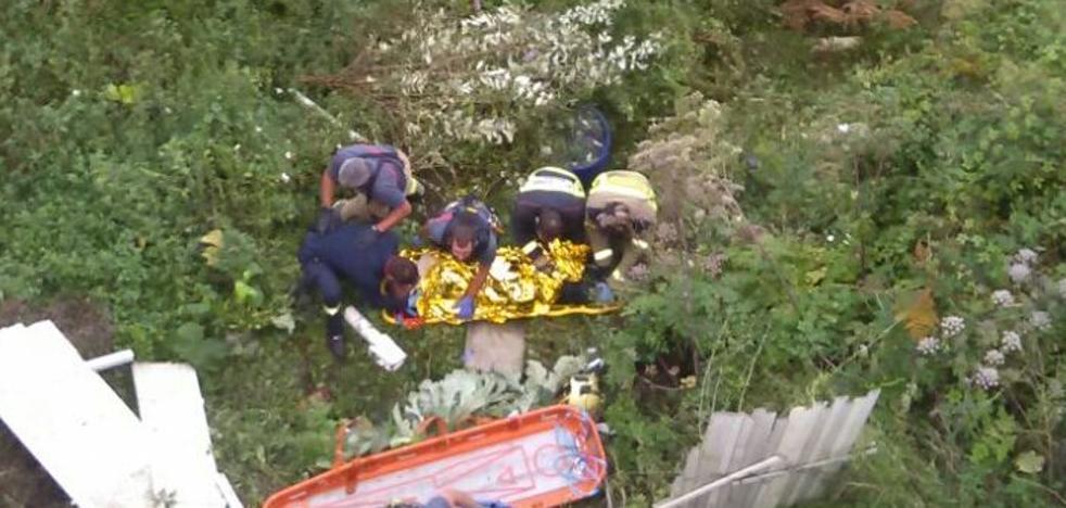 Los Bomberos rescatan a un hombre que se había caído desde unos 10 metros al tren en Santurtzi