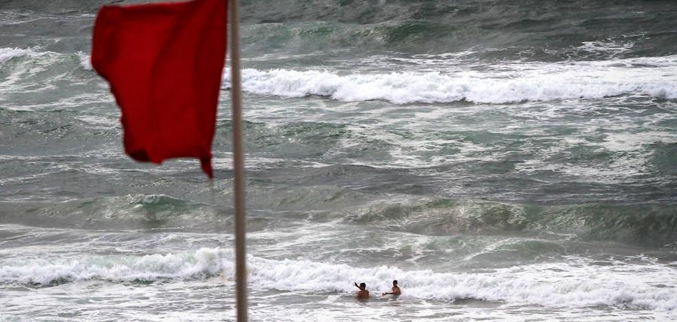 Las banderas rojas chafan a los vizcaínos el baño, prohibido hasta un 80% de los días