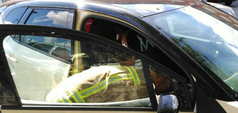 Liberan a una niña de un año encerrada en un coche en Leioa