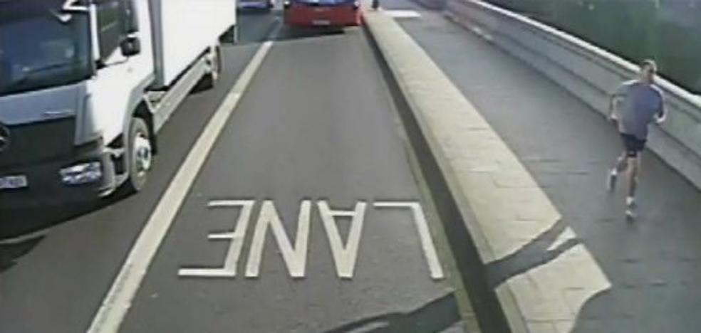 La Policía de Londres aún busca al corredor que empujó a una mujer en un puente tras un arresto fallido