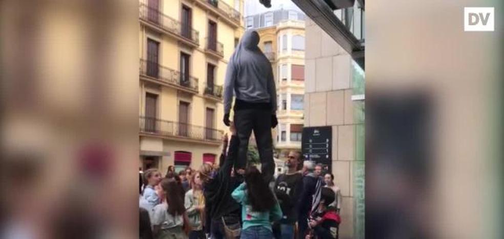Un 'ahorcado' a las puertas de un mercado en San Sebastián