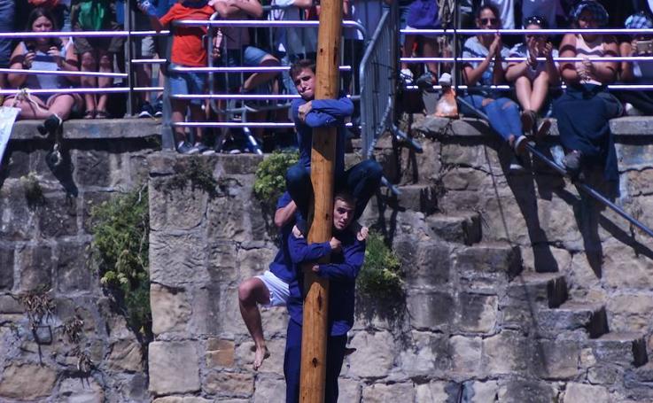 La cucaña, un arriesgado juego en el Puerto Viejo de Algorta