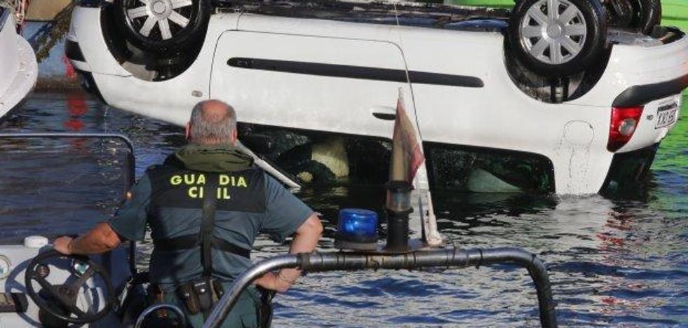 Fallece ahogado un pescador de 60 años al caer al agua con su coche en el puerto de Gijón