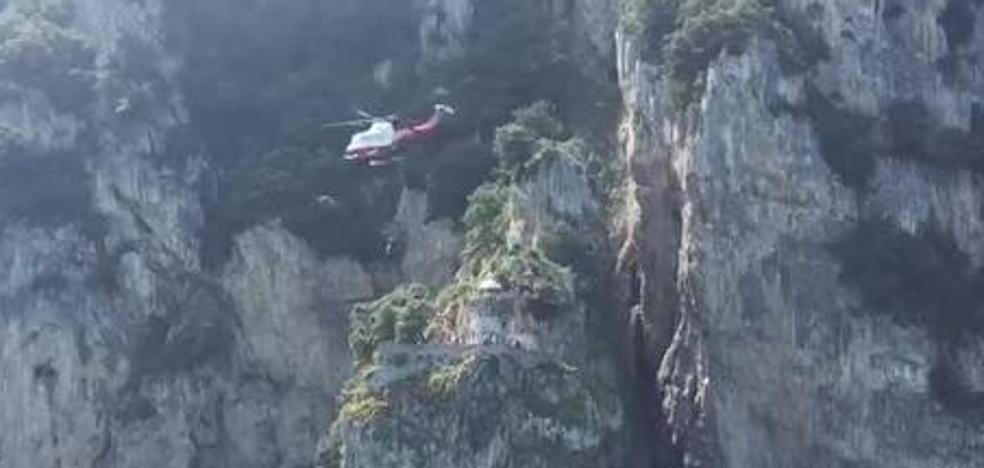 Rescatan en helicóptero a un bilbaíno de 20 años en Santoña