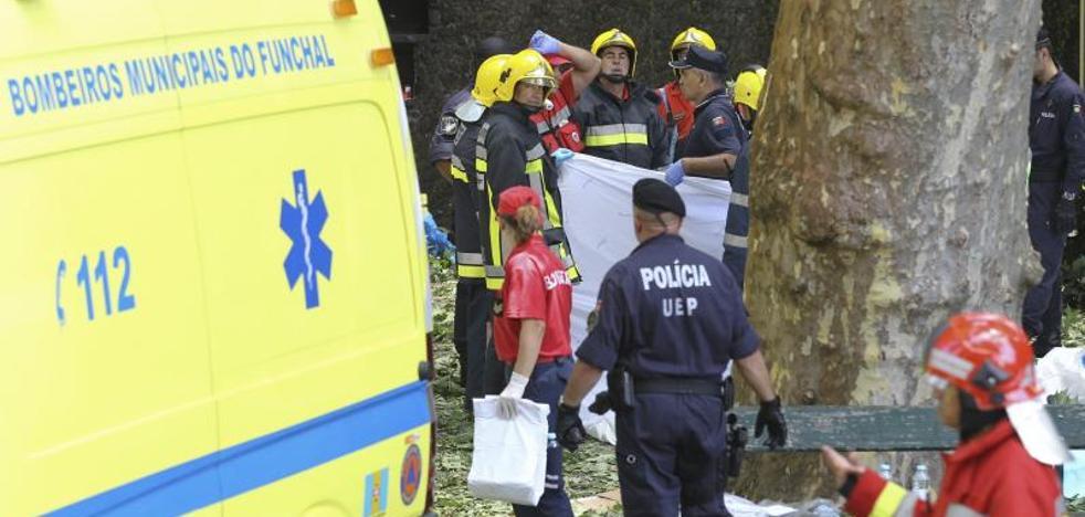 La caída de un árbol deja trece muertos en una romería en Madeira