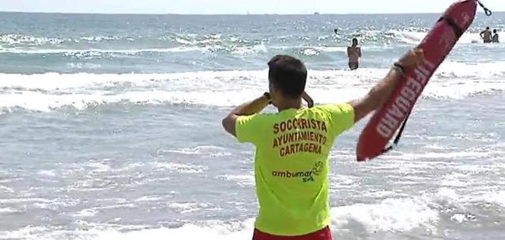 Una cadena humana salva la vida de cuatro bañistas en La Manga