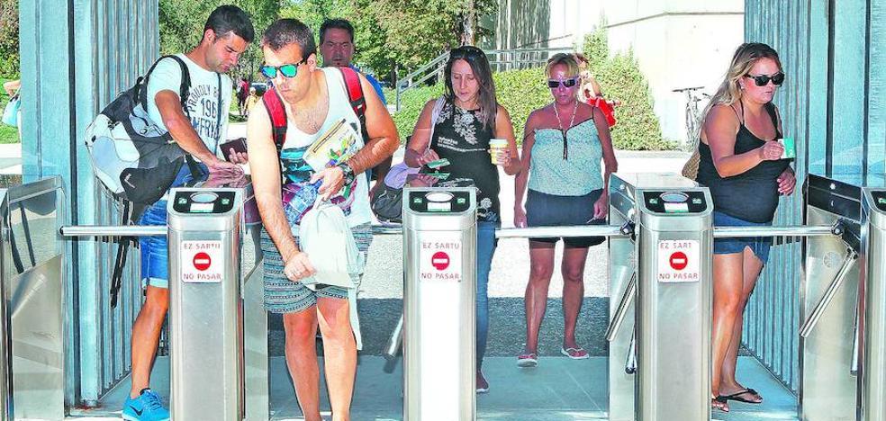Requisados 69 carnés prestados para colarse en las piscinas de Vitoria, el doble que hace un año