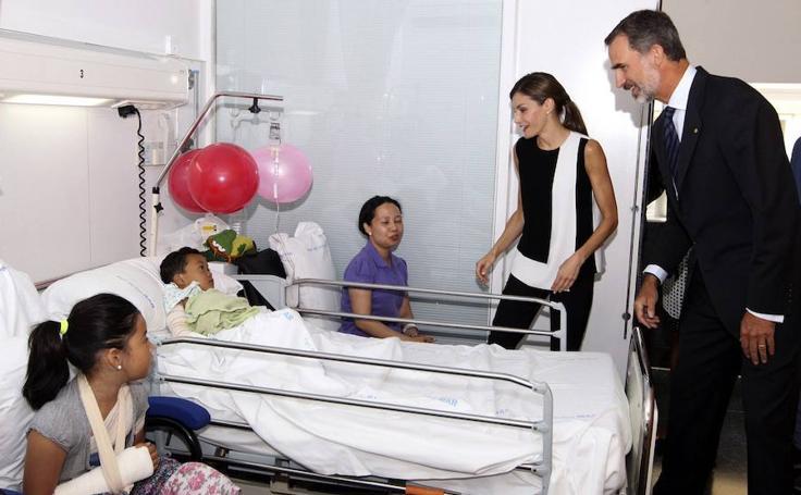 Los Reyes visitan en el Hospital del Mar a los heridos en el atentado