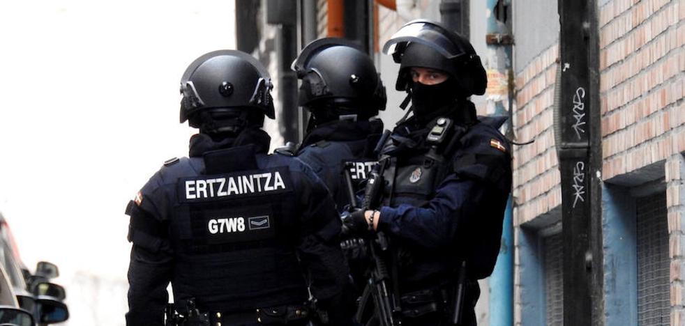 Buscan a un hombre que disparó contra su mujer sin herirla ante un hijo menor en Bilbao
