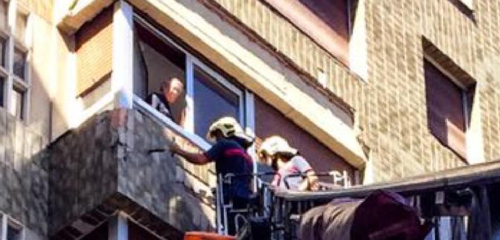 Un edificio de Usansolo sufre desprendimientos de fachada