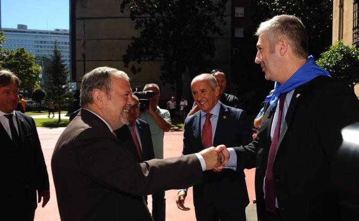 El Ayuntamiento y el Gobierno Vasco en la recepción de Ibaigane