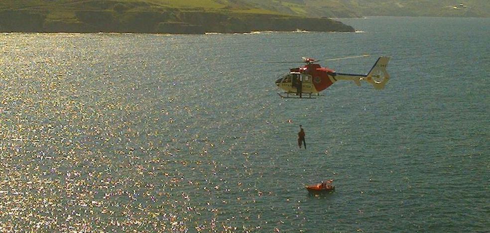El helicóptero de la Ertzaintza rescata a un bañista en Muskiz