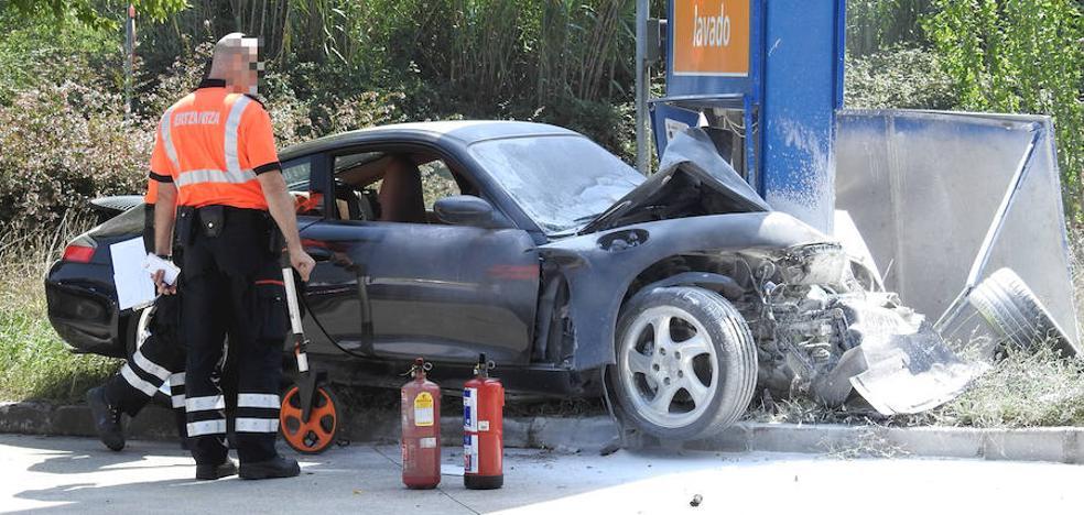 Tres personas rescatan a un conductor tras chocar en Erandio y arder su coche