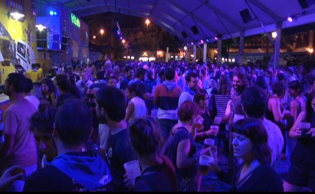 Mucha fiesta, buen ambiente y lleno total: las txosnas no descansan de noche