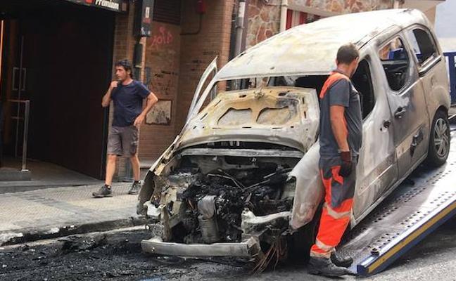 Dos contenedores calcinados en Bilbao durante la madrugada provocan daños en dos coches, un edificio y un comercio
