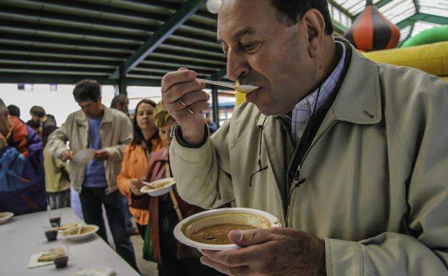 Degustación de conejo y sidra en el mercado de Gernika