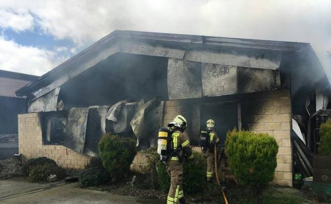 Un incendio obliga a evacuar a unas 200 vacas de una explotación lechera en Carranza