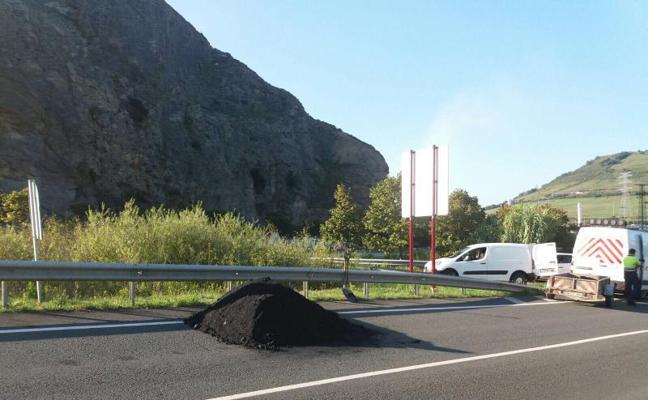 La apertura accidental de un camión procedente de Petronor provoca el vertido de dos toneladas de coque