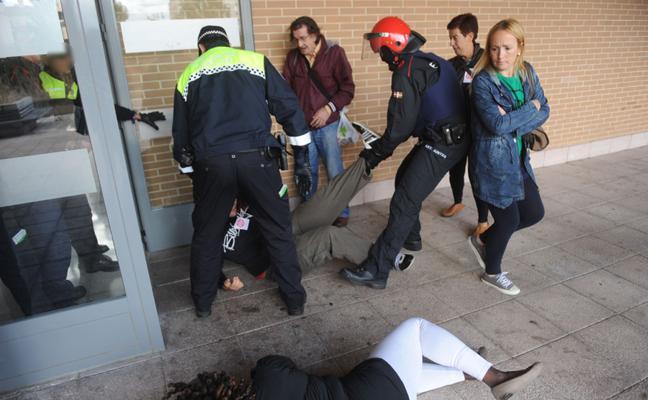 Stop Desahucios de Álava denuncia multas a seis activistas por la Ley Mordaza