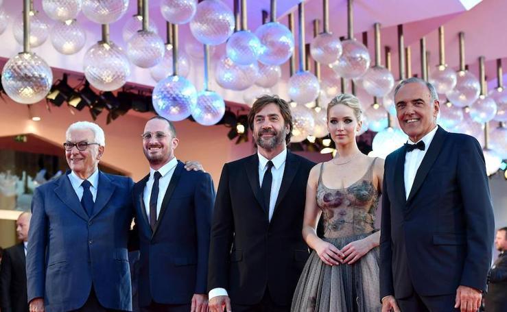 Javier Bardem y Jennifer Lawrence acaparan los focos en Venecia