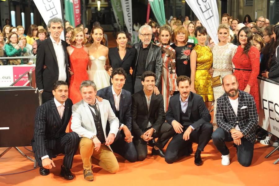 Los actores de 'Tiempos de guerra' toman la alfombra naranja del FesTVal