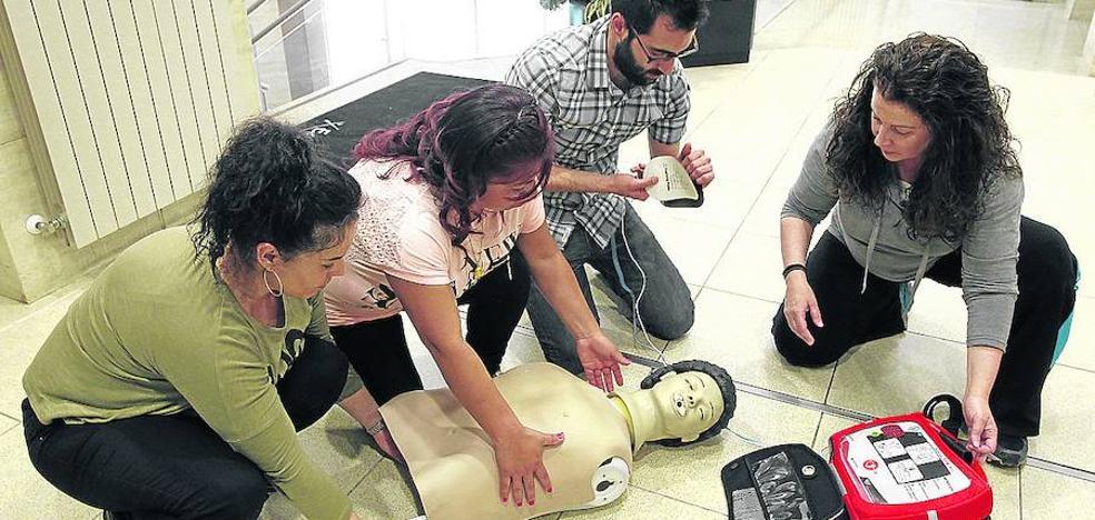 Los médicos ofrecen cursos para actuar ante un infarto o un atragantamiento