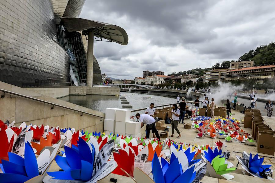 2.000 nenúfares artificiales en el estanque del Guggenheim