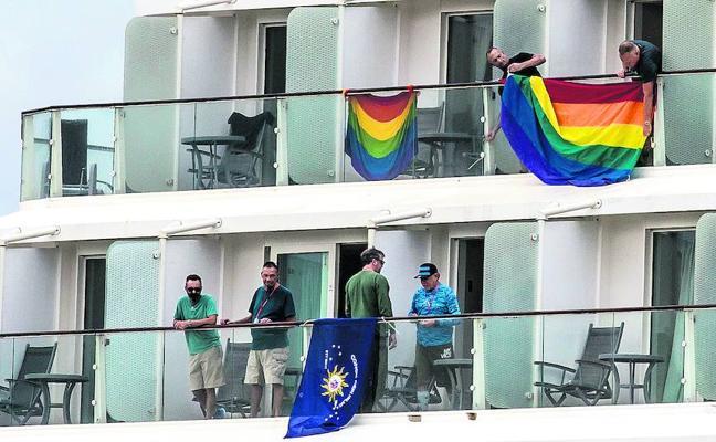 Fiestas y lujo en el crucero gay que ha recalado en Getxo