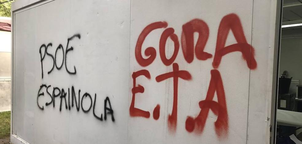 Realizan pintadas en favor de ETA en la txosna del PSE de Eibar