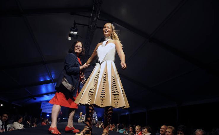 Concurso de vestidos de papel en Gueñes