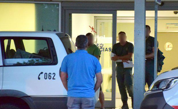 Uno de los heridos abandona el Hospital de San Pedro.
