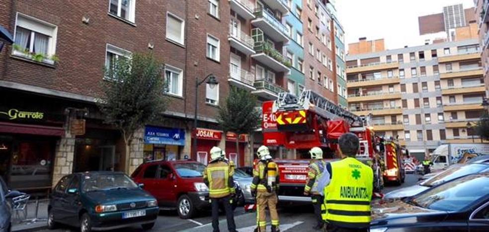 El incendio en una vivienda provoca la alarma en Amezola
