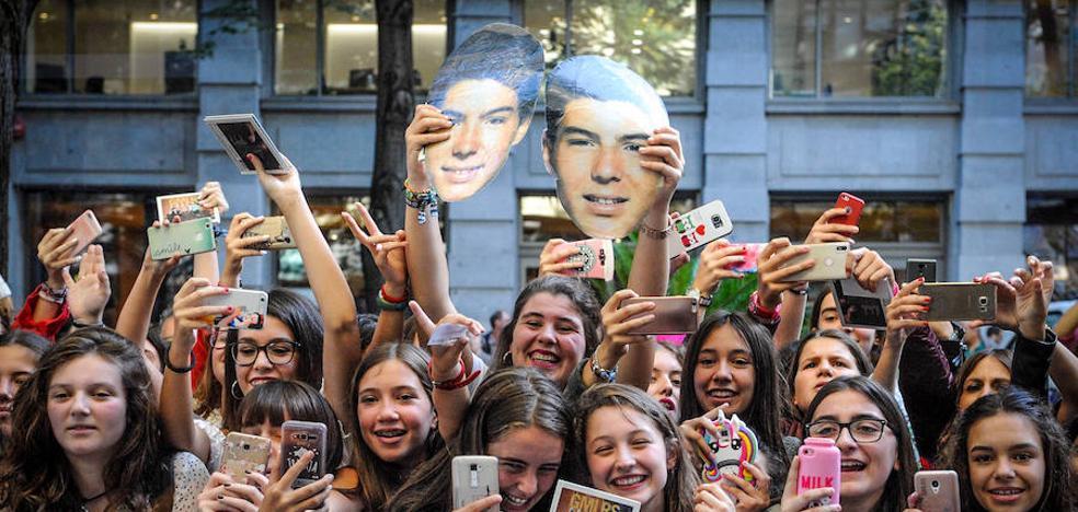 Las fans de los Gemeliers toman la Gran Vía de Bilbao