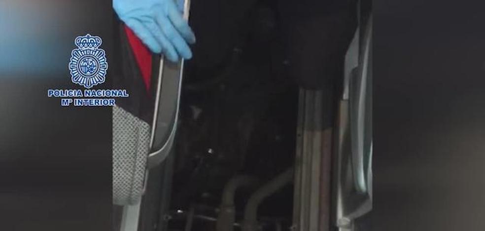 Rescatan a un menor que pretendía entrar en España oculto en el interior de un autobús en Tarifa