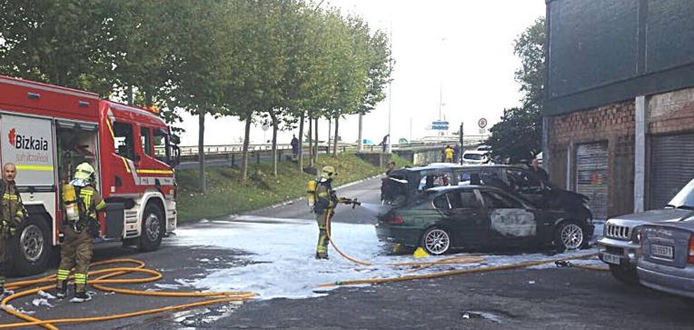 Arden tres coches junto a un lavadero de Barakaldo