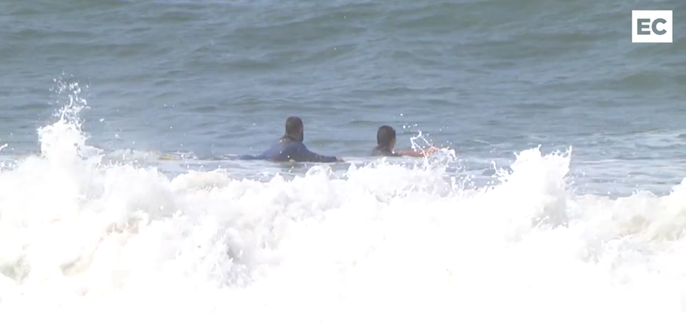 Surfistas desoyen la recomendación de no bañarse en la playa de Ereaga