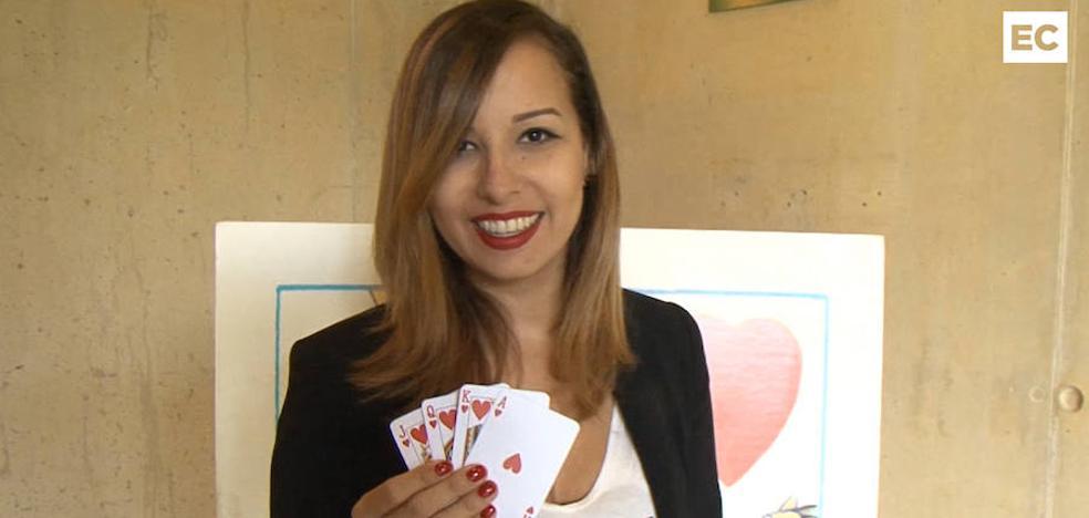 Así se hace el juego de magia en el que las cartas cambian de color