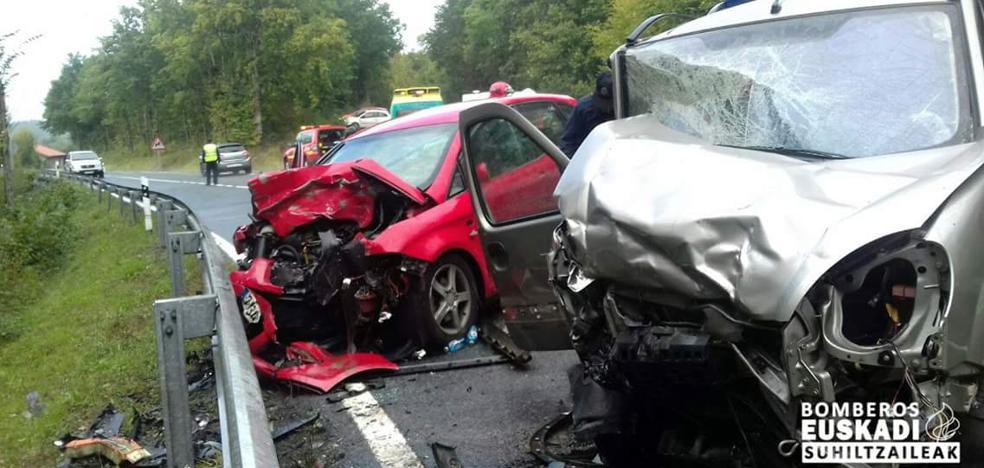 Dos heridos en un choque frontal entre dos vehículos en Altube