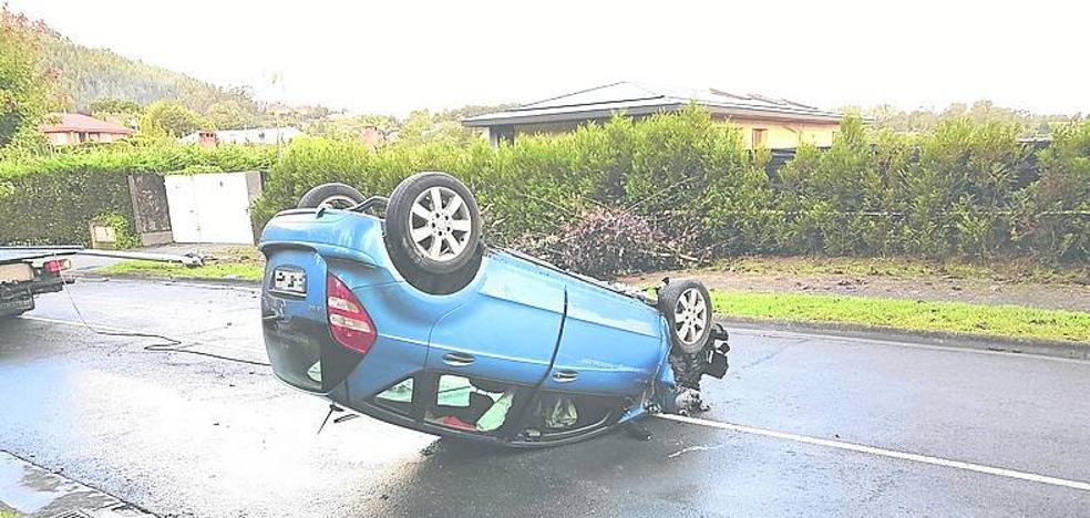 Abandona su coche tras volcar junto a La Bilbaína