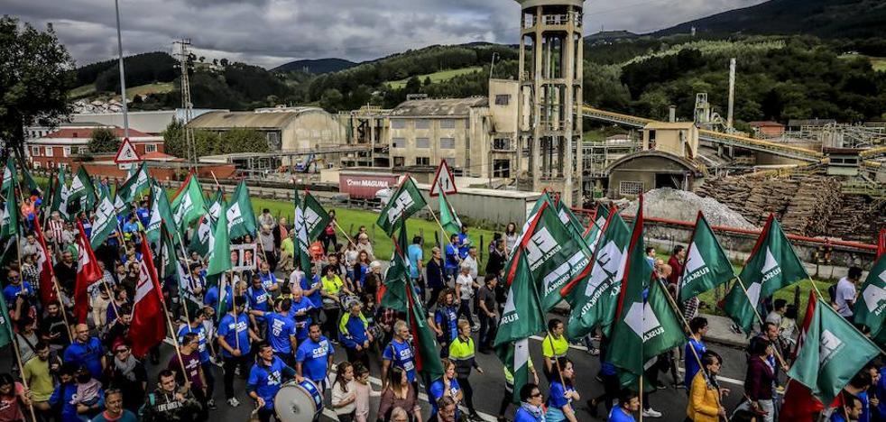 Miles de personas se manifiestan en Las Encartaciones en defensa de CEL