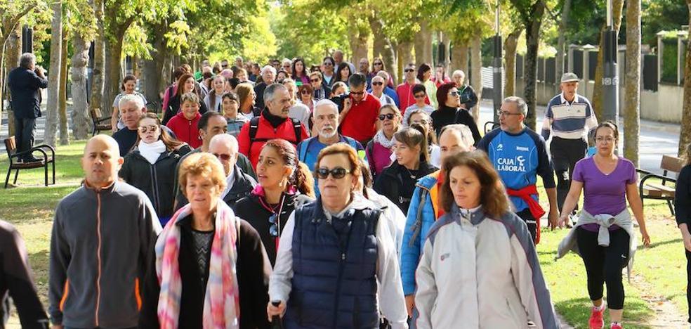 Cerca de dos mil vitorianos disfrutan de un paseo solidario por el bosque de Armentia