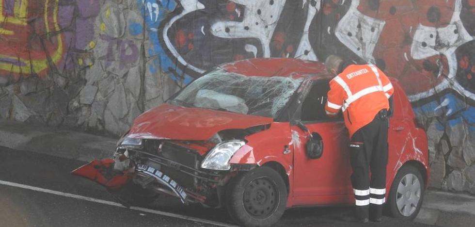 El vuelco de un coche en Enekuri causa retenciones a primera hora de la mañana