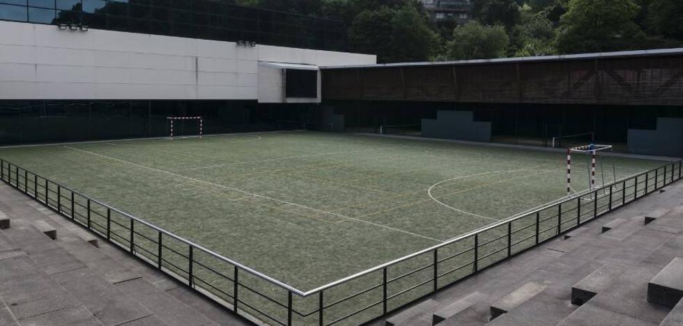 El campo exterior del polideportivo de Etxebarri se queda sin cubierta