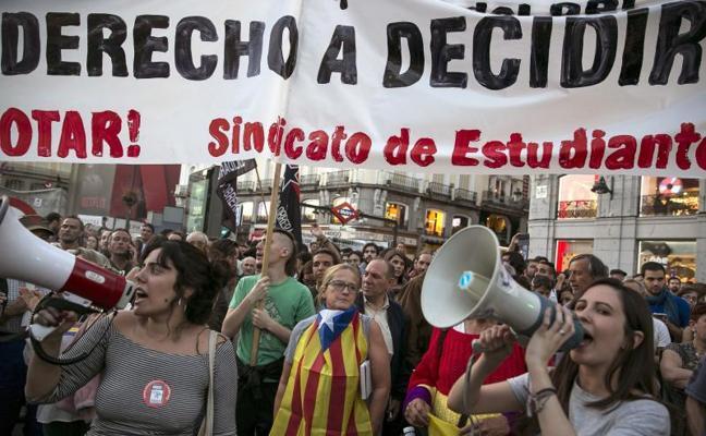 Gritos cruzados de 'Arriba España' y 'Fuera fascistas' en Sol