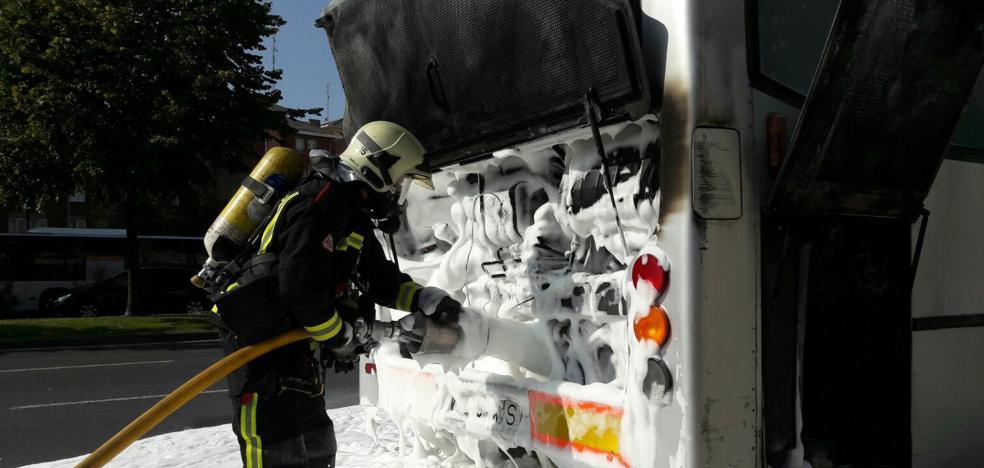 Arde un autobús articulado de Tuvisa en el barrio vitoriano de Zaramaga