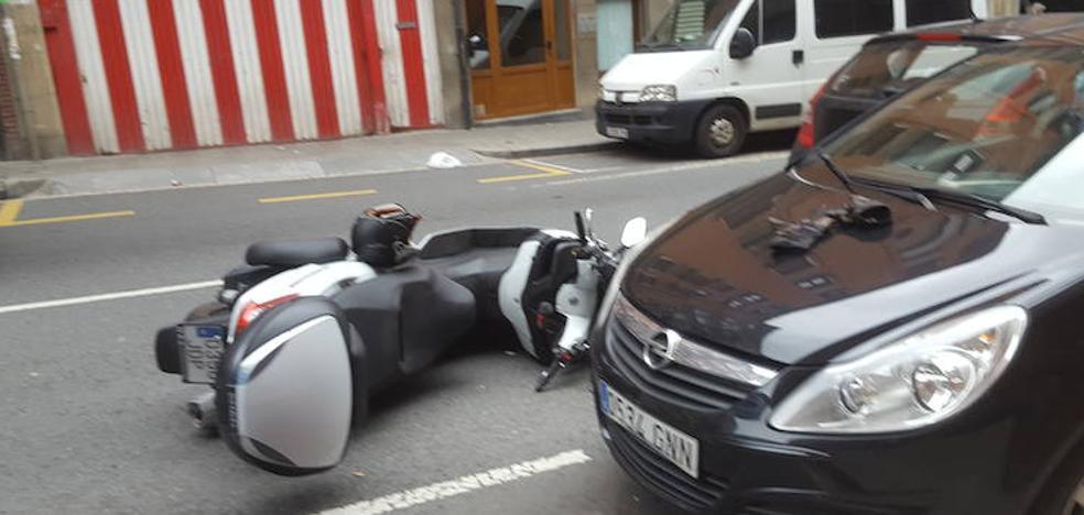 Herido un motorista tras ser embestido por un coche en Santutxu