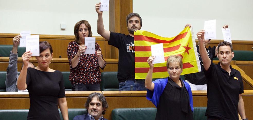 EH Bildu muestra papeletas del referéndum catalán durante la intervención del PP