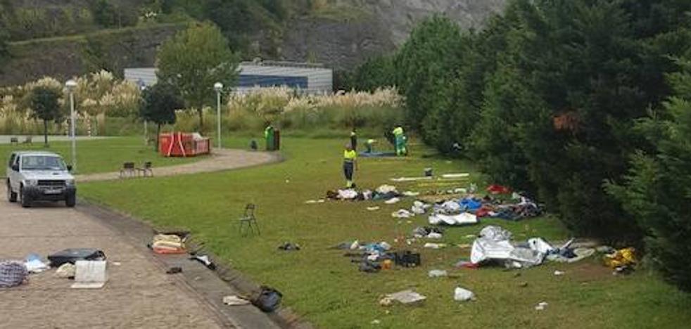 Los inmigrantes instalados en Zierbena dejan por sorpresa su campamento junto al ferry